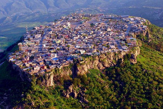 ‪العمادية, العراق: A Kurdish town and popular summer resort and Hill station along a tributary to the Great Zab in the Duhok Governorate of Iraqi Kurdistan.  The history of the city of Amadiya goes back as far as ancient Assyria and it has probably existed even prior to that due to its strategic place on the flat top of a mountain.‬