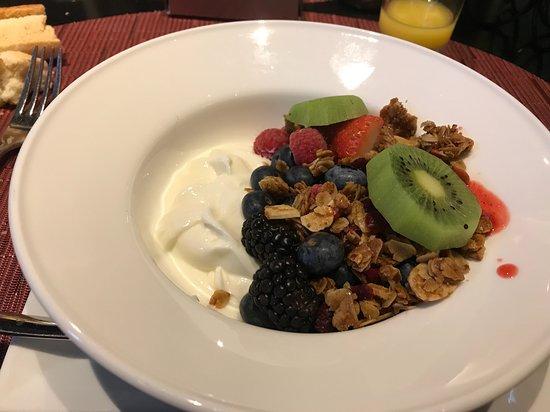 Petit déjeuner granola et fruits frais coupés