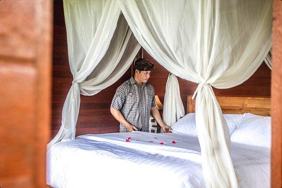 Kubu Jamu: King size bed with mosquito net