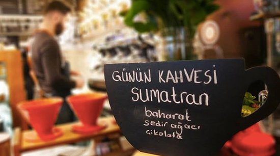 Noir Pit Coffee Co. Pera: Sumatran çekirdek kahvemizin tadına baktınız mı? 🌱 •  Sumatran çekirdeğinin özellikleri: •Endonezya kahvesidir. •Koyu kavrulması tercih edilen çekirdek türündendir. •Çekirdekler koyu griye yakın yeşil mavi tonlarında olup, şekil olarak eğri büğrü görünüme sahiptirler.