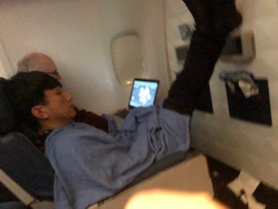 Delta Air Lines: Da der Sitzplatzabstand zu klein ist, legen Passagiere die Füsse an die Wand. Und das bei Delta Comfort +!