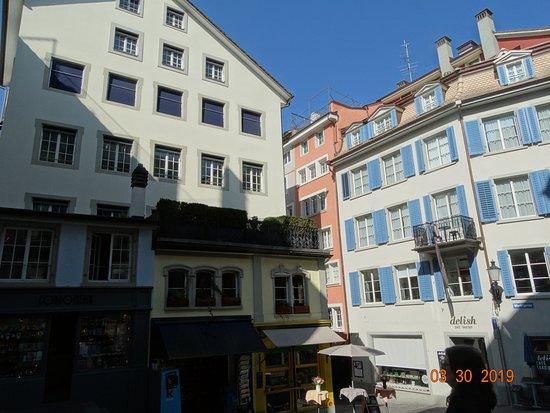 Old Town: Μία πολύχρωμη πλατεία στην παλιά πόλη της Ζυρίχης.