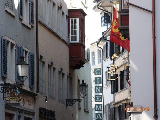 Old Town: Στενά δρομάκια με μεσαιωνικά σπίτια χαρακτηρίζουν το ιστορικό κέντρο της Ζυρίχης.