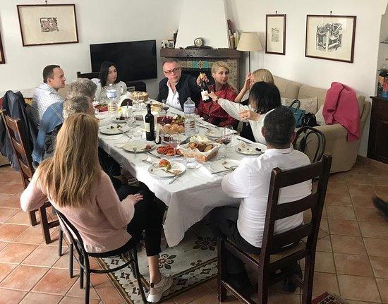 Camporeale, Italija: Приглашаю вас на винодельню. Очень уютное местечко на холме 450 м. 30 000 Га виноградника и прекрасные пейзажи сельхозугодий. 9 разновидностей элитных белых и красных вин высокого качества, из бочек barrique, отмеченных медалью на европейских выставках. Нас встретит семья винодела. Очень гостеприимные и порядочные люди. Их дегустации больше похожи на семейные праздничные обеды с продукцией этой зоны: рикотта,выпечка, оливы, колбасы, сыры, овощи, фрукты, сладости,сопровождаемое вином Candido.