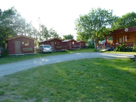Bronnoy Municipality, Norja: Our two-room cabins close the the Service Builing with reception and toilets and showers for our guests.