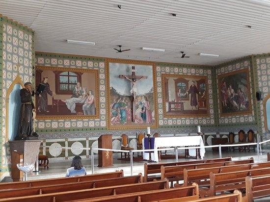 Altar com varias obras de arte em pintura que  narram algumas histórias de Frei Galvão