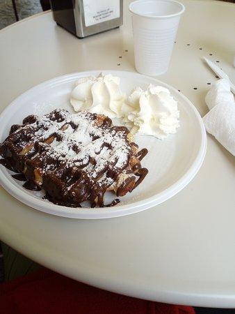 Monterotondo, Italy: Un'ottima merenda con uno waffle gigantesco e gustosissimo ad un prezzo ottimo.