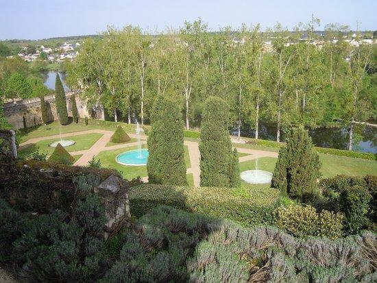 Chateau de Montreuil-Bellay: Vu du prieuré en dessous