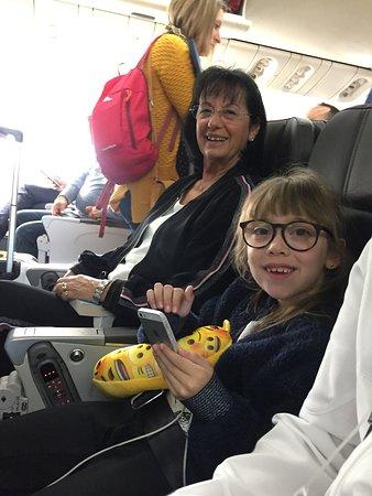 American Airlines: Donnez aux voyageurs quelques informations sur votre photo  nous étions 4 a la rangé  17 hedf avec tablette une par siége