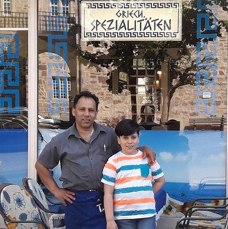 Der Besitzer Pantelis mit seinem Sohn Niko.