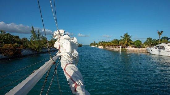 Sonnenuntergang Segeln Sie an Bord des Good Ship Atabeyra: Heading out to open water!