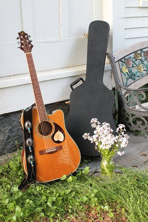 South Acworth, Nueva Hampshire: My guitar, getting comfortable.