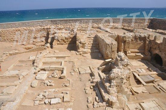 Paraskevas: Les fouilles archéologiques de l'Eglise dominicaine Saint-Pierre, de part et d'autre de la grande avenue, sur le front de mer.