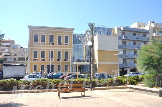 Paraskevas: Le restaurant est également à proximité du musée historique de Crète, reconnaissable à son bâtiment jaune de la fin du 19ème siècle et ses verrières modernes.