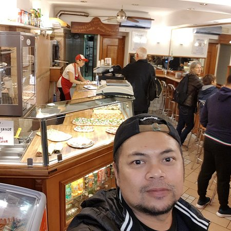 not the best pizza i ever taste but quiet good for snacking while strolling around.  the location close to Fontana de Trevi clean toilet