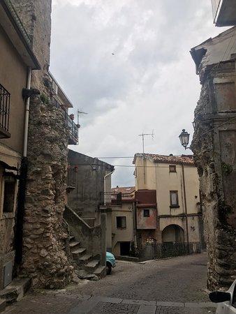 """Stilo, Itálie: Tracce di porta abbattuta e la porta detta di """"San Giovanni"""", contigua al Convento con chiesa dei Domenicani"""
