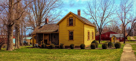 Bishop Hill, אילינוי: A sweet little mustard colored home sits in all its charm on a side street.