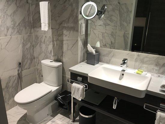 Element Kuala Lumpur: Pool, twin room, bathroom , view from room