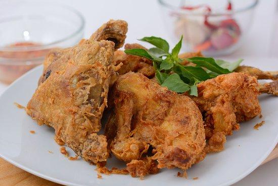 Praya, Indonesia: Ayam Kampung Spesial dengan Bumbu Ijo