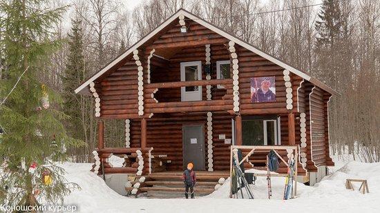 Konosha, รัสเซีย: Домик в лыжном центре имени Людмилы Сухондяевой посёлка Коноша, в котором можно согреться, взять лыжи в прокат и весело провести время.