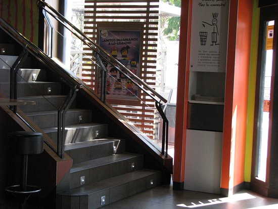 Mc Donalds: Met een trap naar boven voor meer plaats en toiletten