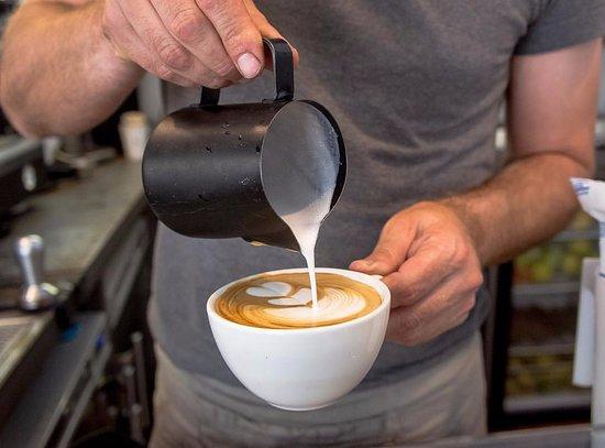 Animal Coffee: haciendo latte art en el curso de café y Barismo