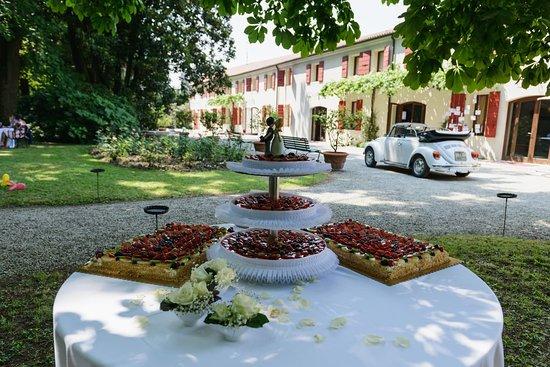 Colfrancui, Włochy: Se stai sognando un matrimonio all'aperto, Villa Galvagna Giol è la location perfetta.  Avrai a disposizione un parco da 10 ettari dove intrattenere i tuoi ospiti e fare delle foto meravigliose, una cornice perfetta fra storia e natura.  In caso di pioggia l'allestimento potrà essere fatto in Barchessa o in Villa, in base alle tue preferenze.