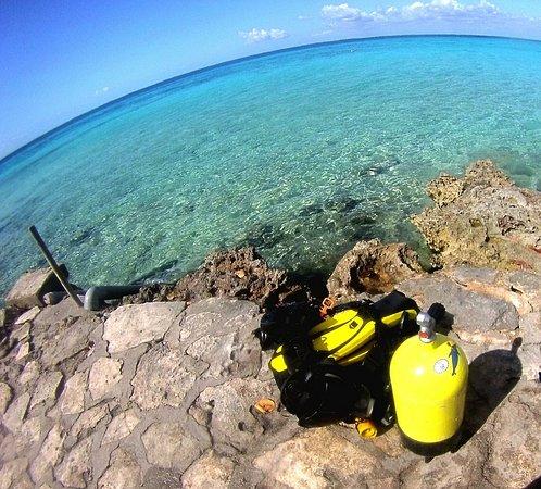 Hermosa foto de equipo de buceo (scuba diving) antes de comenzar la inmersión, fotos tomadas por Cuba Blue Diving