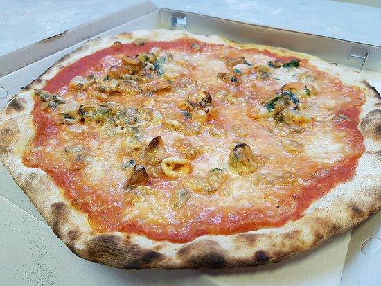 """Pizza """"Il duello"""" con pomodoro, mozzarella e frutti di mare"""
