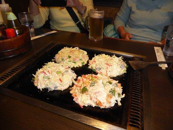 Die Okonomiyaki Portionen wurden in einer Schüssel serviert. Wir mussten nur noch Umrühren, die Speisen auf der heissen Platte platzieren und goldbraun werden lassen.