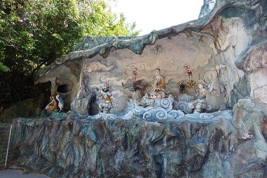 Haw Par Villa: Buddha and some deity.