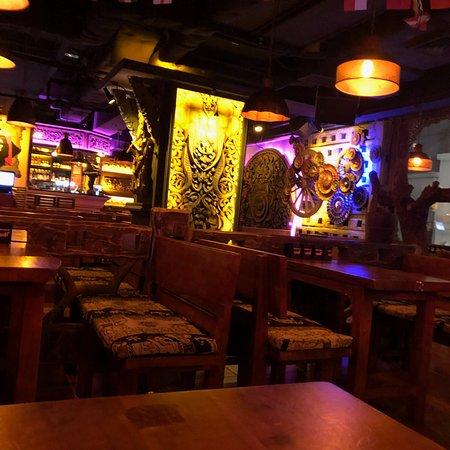 Helen's Bar: Decoration