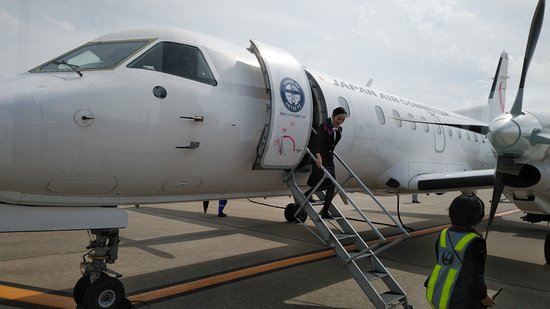 Japan Airlines (JAL): 鹿児島→福岡→出雲はSAAB機で。座席は3列しかない小さい機体です。