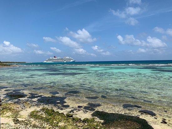 Mahahual Beach: Mahahual es la playa más bonita que he visto en mi vida tiene arrecifes increíbles peces y parece una alberca no hay olas puedes estar ahí tranquilamente es un lugar para descansar y disfrutar en familia o con tu pareja en plan romántico.
