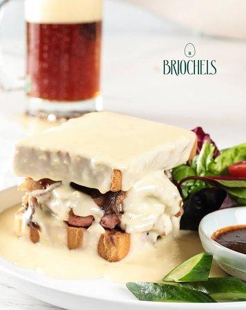 Briochels: RoastBeef Sandwich bañado en una salsa de Quesos