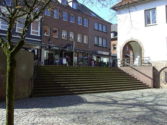 Treppe, von der Kirche, zur Einkauf-Straße, nach oben