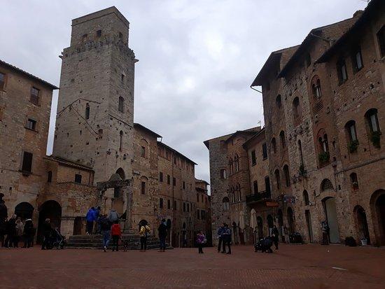 piazza della Cisterna e torre del diavolo
