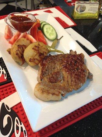 Стейк из свинины с картофелем по-домашнему и соусом барбекю
