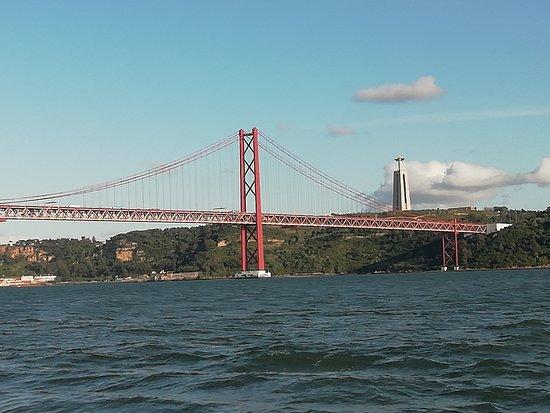 Vistas del  puente 25 de abril desde la embarcación.