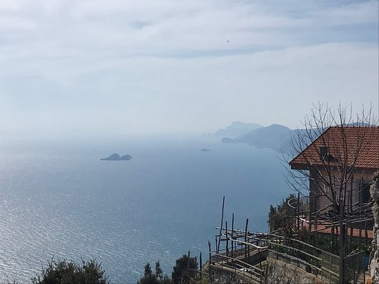 Il Sentiero Degli Dei: House along the Path of the Gods with water and cliffs in the background
