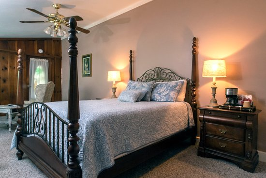 A5 - The White Heron Room Third floor room with 1 queen bed, comfortable sitting area and vaulted ceiling. It has a private balcony with a beautiful view of the grounds and shares a porch with 1 other room. Great view.