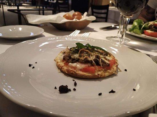 La Pecora Nera: Pizza de azeitona com alecrim (entrada)