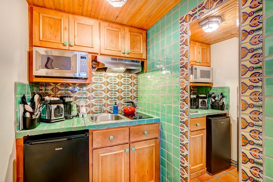 Santa Fe Motel & Inn: A Kitchenette Room with 1 King Size Bed.
