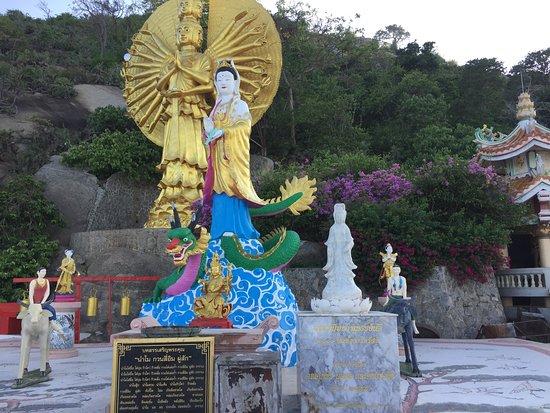 Wat Khao Takiap: 極彩色の仏像群