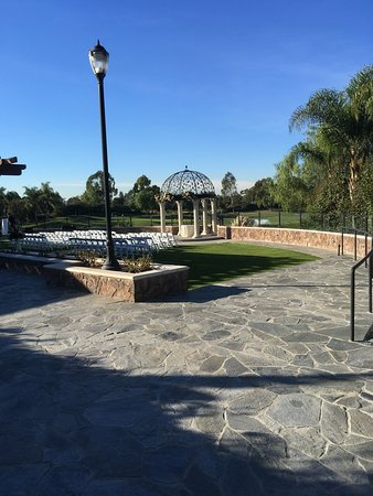 Old Ranch Country Club: Steps down to wedding area. 