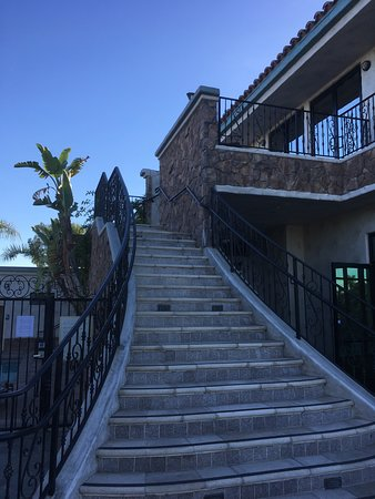 Old Ranch Country Club: Steps up to Bride's rooms. 