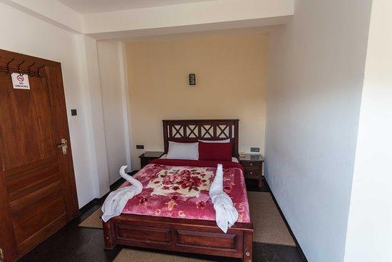 Suriya Guest: Schlafzimmer mit Gepäckablage, Wasserkocher, Trinkwasser