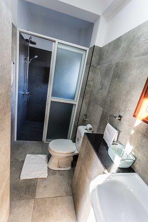 Suriya Guest: grosszügiges Bad mit warmer Dusche