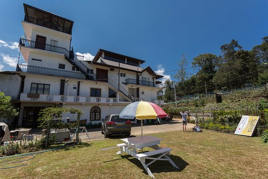 Suriya Guest: Blick vom Garten auf das Gebäude