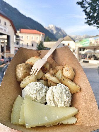 Cuisine of local treats (Kuhnjca lokalnih dobrot): Sheep cheese & cottage cheese with grilled potatoes